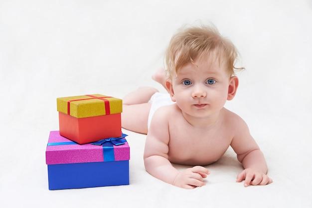 Schattige baby spelen met geschenkdozen