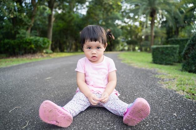 Schattige baby zittend in een tuin