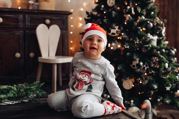Schattige babyjongen in kerstmuts.