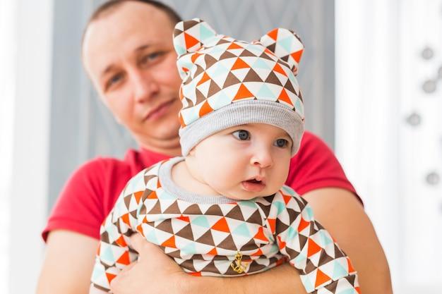 Schattige babyjongen met blauwe ogen. pasgeboren kind en vader.