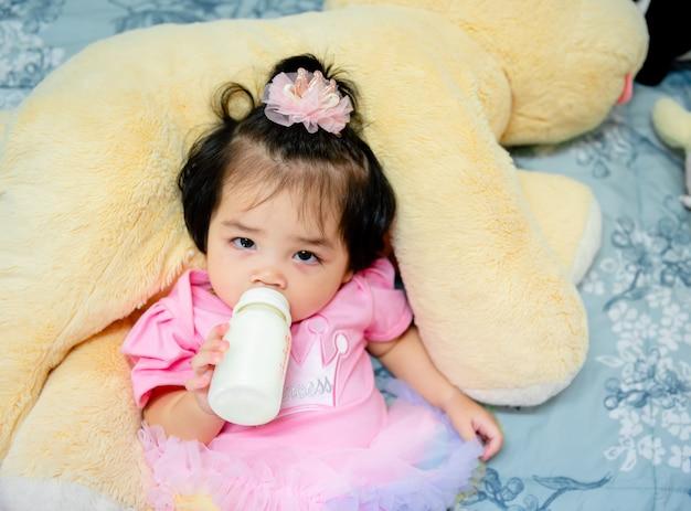 Schattige babymeisje in een roze jurk