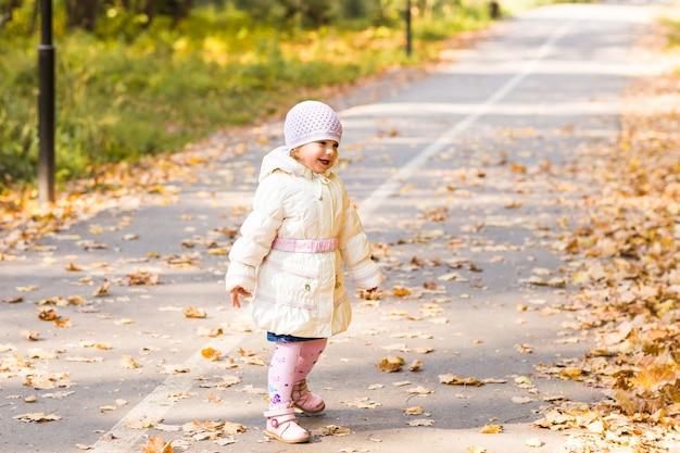 Schattige babymeisje in herfst park