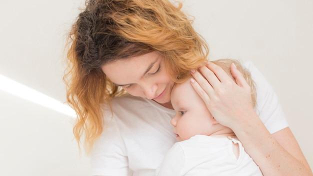 Schattige babymeisje samen met moeder