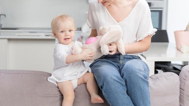 Schattige babymeisje spelen met moeder