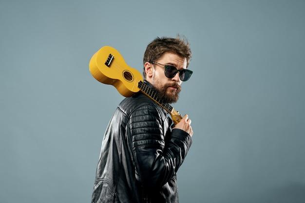Schattige bebaarde man muzikant lederen jas aantrekkelijke levensstijl. hoge kwaliteit foto