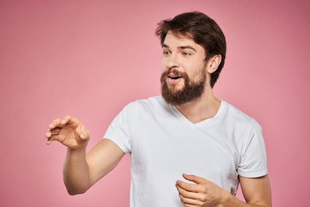 Schattige bebaarde mannen wit t-shirt studio roze geïsoleerd.