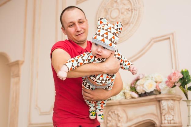 Schattige blanke baby en zijn vader. portret van een drie maanden oude babyjongen.