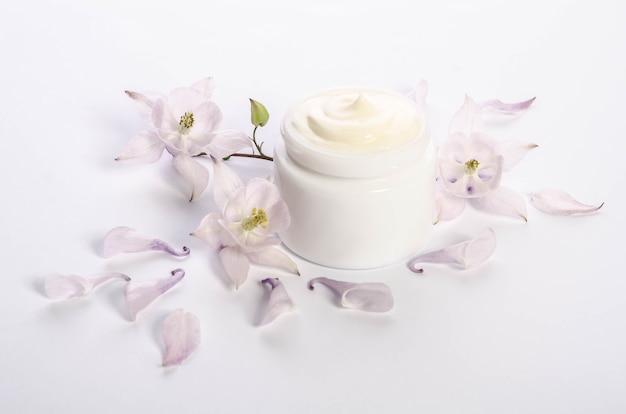 Schattige bloemen en bloemblaadjes en een potje natuurlijke bodycrème