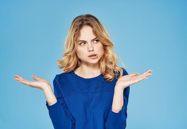 Schattige blonde blauwe jurk levensstijl emoties blauwe achtergrond