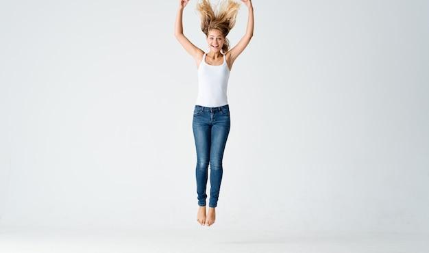Schattige blonde lupus dans beweging emoties positief