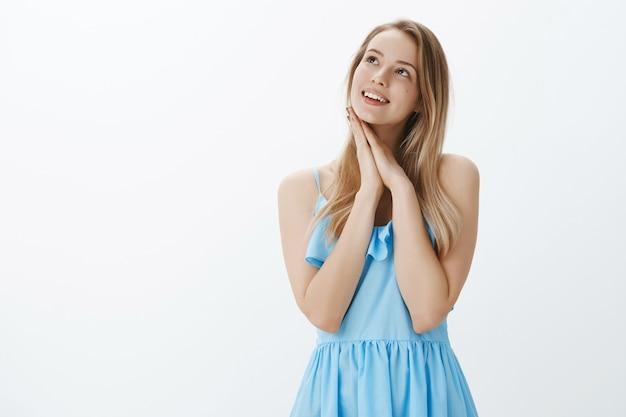 Schattige blonde meisje in een stijlvolle blauwe jurk