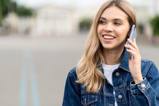 Schattige blonde meisje praten over de telefoon