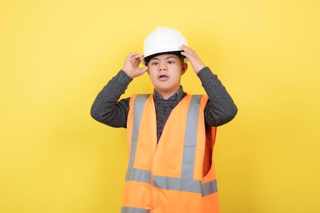 Schattige bouwvakker in veiligheidsvest helm dragen.