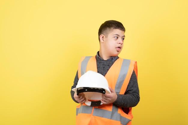 Schattige bouwvakker in veiligheidsvest met helm.