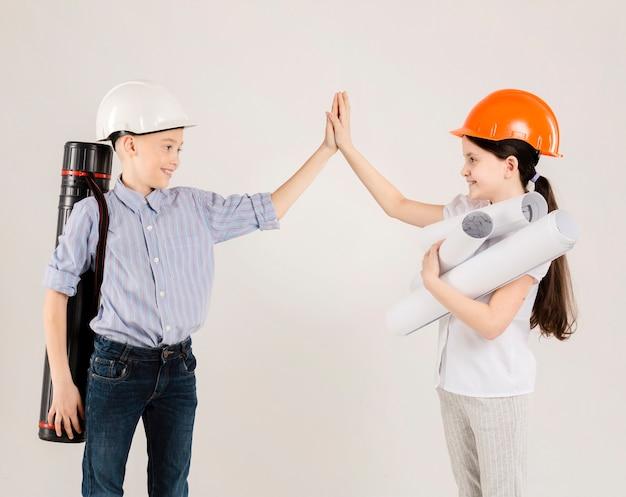 Schattige bouwvakkers high fiving