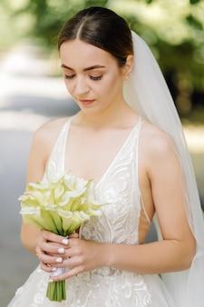Schattige bruid maakt zich klaar in de ochtend
