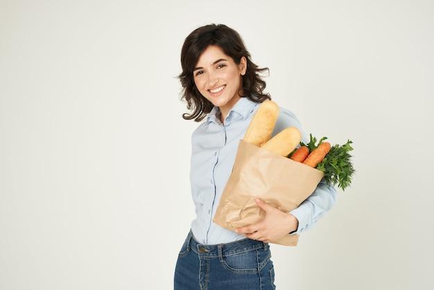 Schattige brunette boodschappen in de supermarkt winkelen voedsel dieet