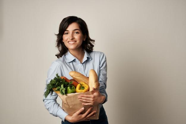 Schattige brunette supermarkt voedselzak eten bezorgen