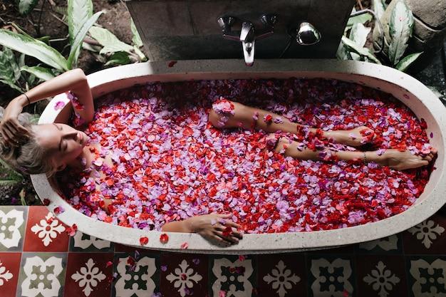 Schattige europese vrouw doet spa in weekend.