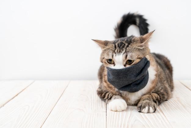 Schattige grijze kat met masker ter bescherming van coronavirus of covid 19