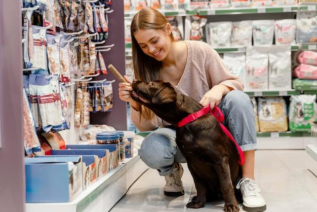 Schattige hond met baasje bij de dierenwinkel