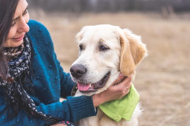 Schattige hond met lieve baas buiten