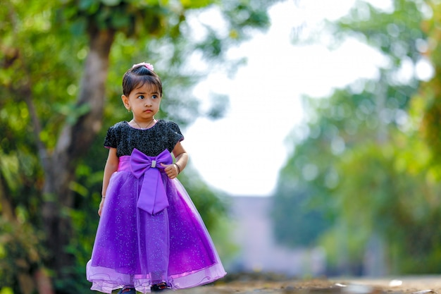 Schattige indiase baby meisje spelen in het park