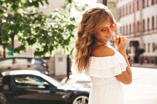 Schattige jonge blonde vrouw met zonnebril
