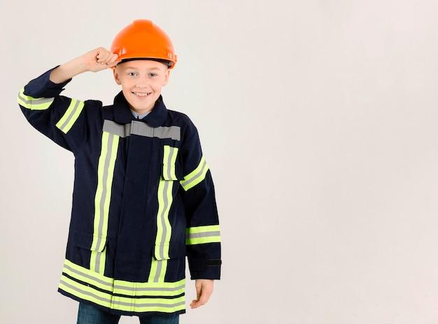 Schattige jonge brandweerman kopie ruimte