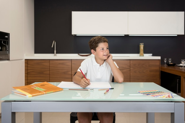 Schattige jonge jongen huiswerk