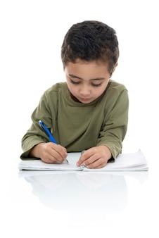 Schattige jonge jongen zijn huiswerk