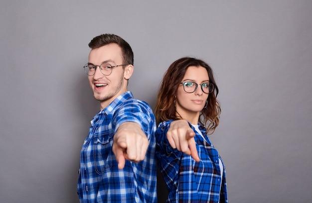 Schattige jonge koppels in blauwe geruite shirts en glazen