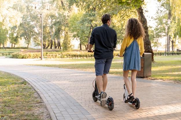 Schattige jonge paar scooter buitenshuis rijden