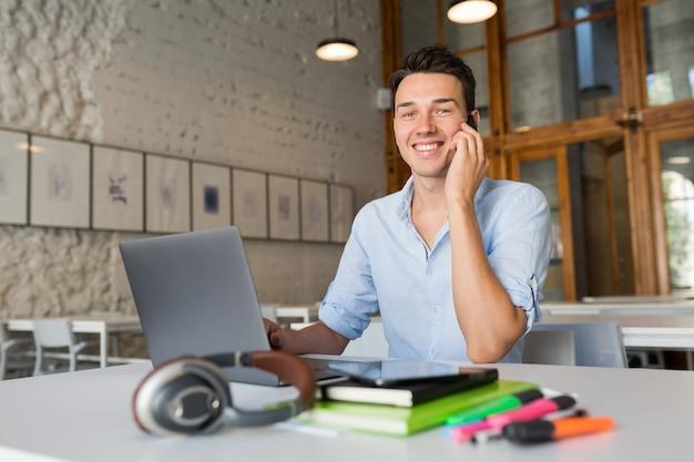 Schattige jonge professional praten over de telefoon, drukke freelancer