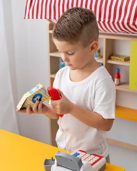 Schattige jongen binnenshuis spelen