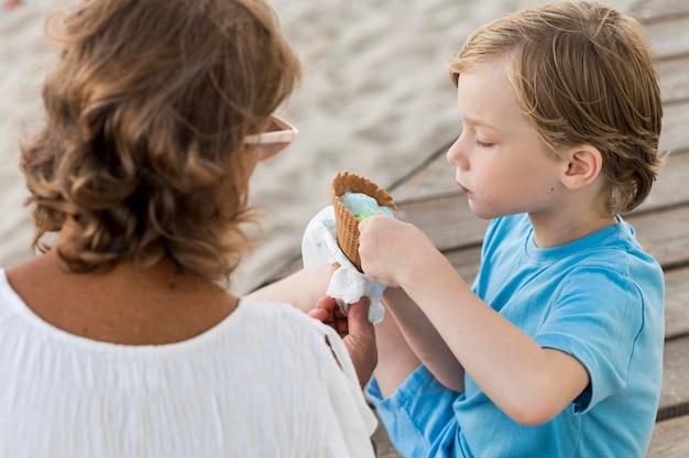 Schattige jongen eten van ijs