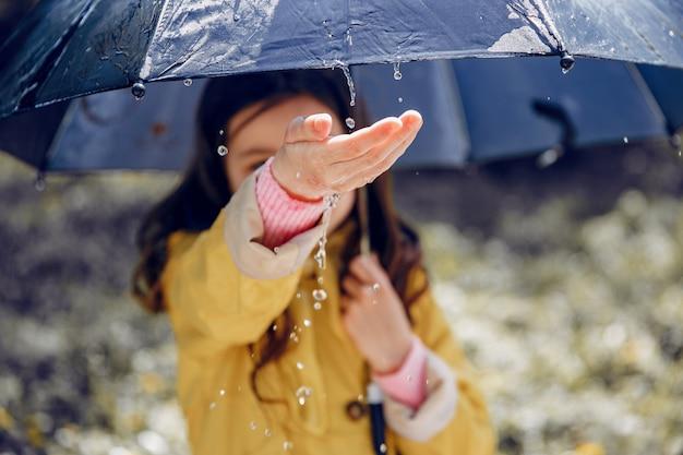Schattige jongen plaiyng op een regenachtige dag
