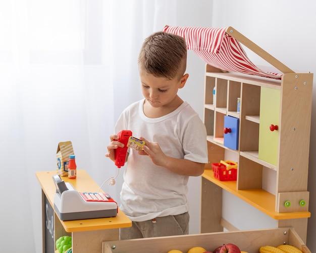 Schattige jongen thuis spelen