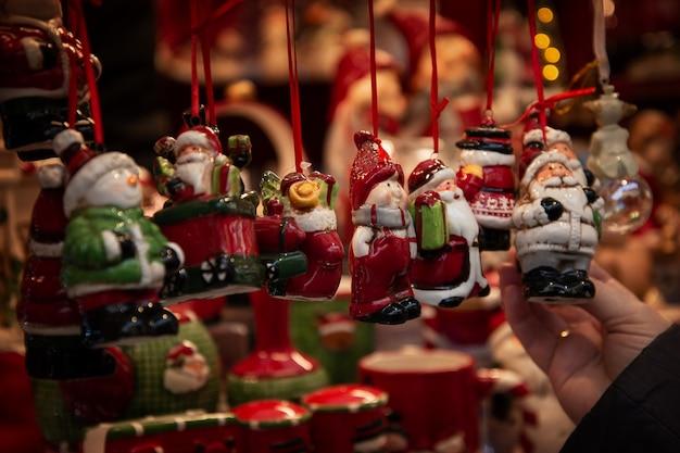 Schattige keramische souvenirs op de kerstmarkt