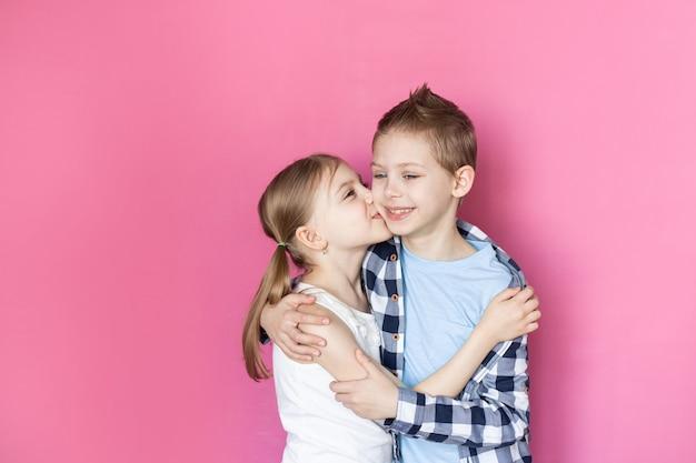 Schattige kinderen, broer en zus 7-9 jaar oud glimlachen