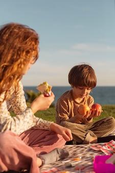 Schattige kinderen buiten eten