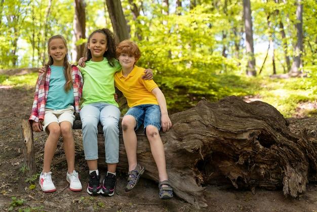 Schattige kinderen die de natuur verkennen