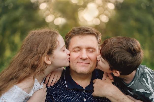 Schattige kinderen die hun vader omhelzen en kussen