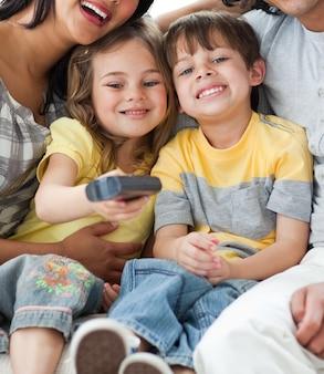 Schattige kinderen die tv kijken met hun ouders