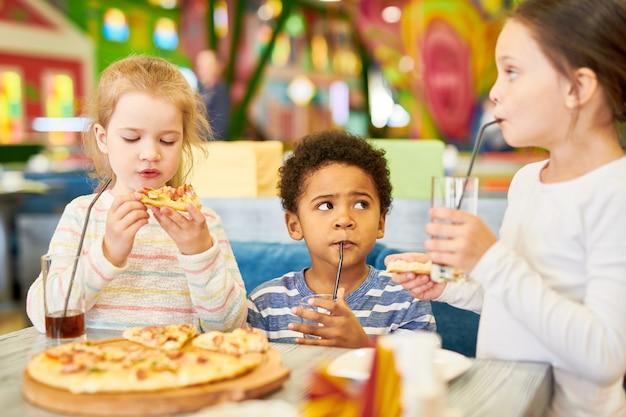 Schattige kinderen in cafe