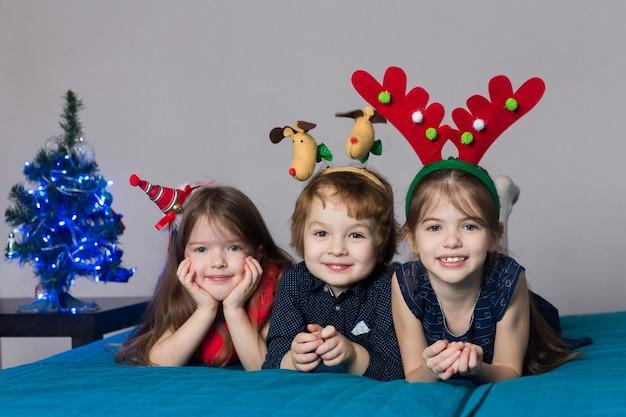 Schattige kinderen in kerstkostuums