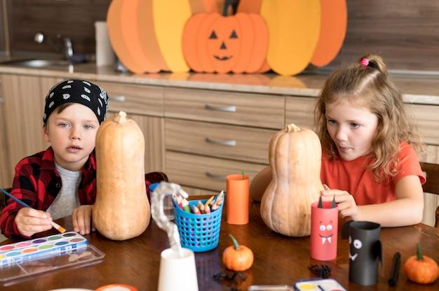 Schattige kinderen met pompoenen halloween concept