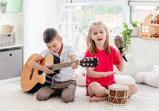 Schattige kinderen spelende muziekinstrumenten