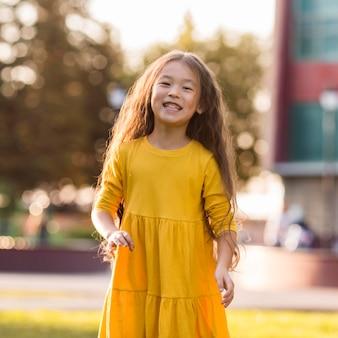Schattige kleine aziatische meisje glimlachen