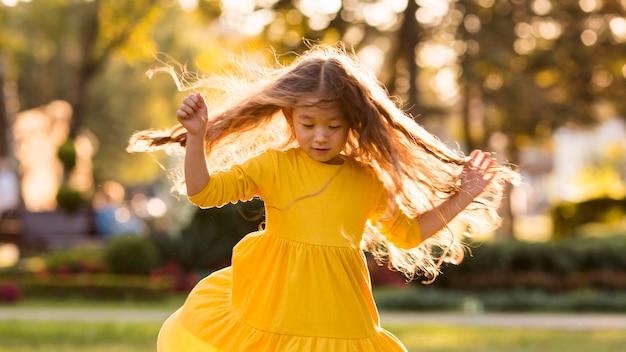 Schattige kleine aziatische meisje plezier buitenshuis
